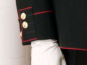 På dette offisielle bildet fra Slottet synes tydelig at den nederste knappen på ermet på kong Haralds gallauniform er uknappet. Foto: Kongehuset