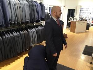 Her får jeg hjelp til å legge opp buksene, hos Menswear på Tjuvholmen