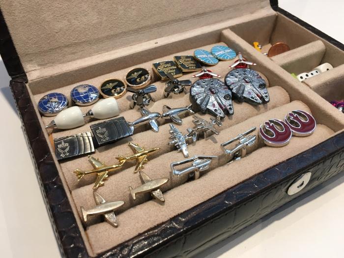 En liten del av samlingen med mansjettknapper. Her i en flott boks i skinn jeg fikk av kollegene da jeg sluttet i SAS i 2012