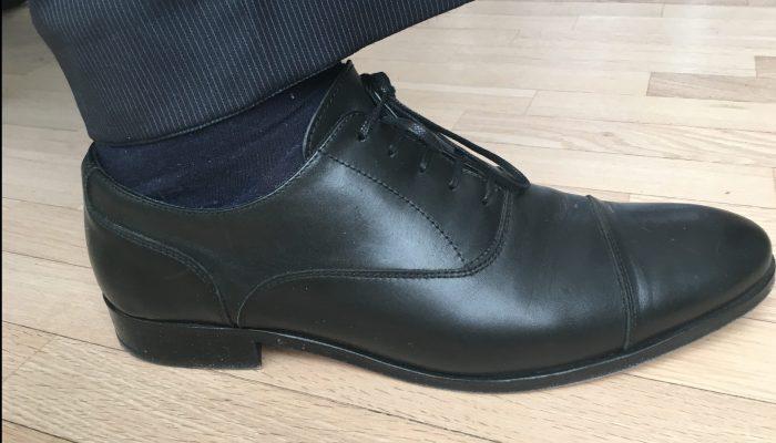 Fofatterens sorte Oxfords, kjøpt på Reiss i London etter at flyselskapet ikke klarte å levere bagasjen på tid. Her synes tydelig den lukkede snøringen