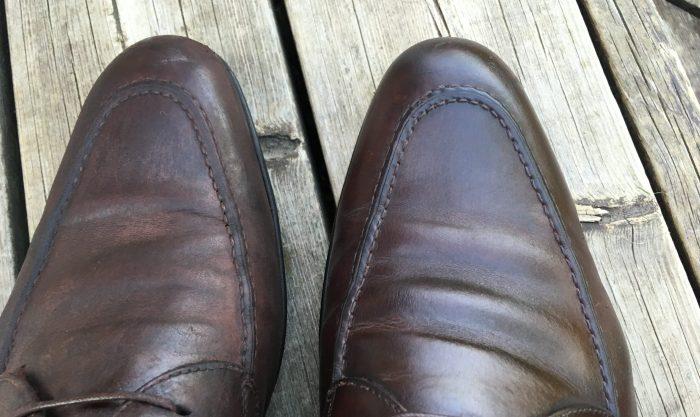 Før og etter finpuss. Skoen til venstre har fått påført et godt lag med skopuss, skoen til høyre har vært gjennom finpuss - men ikke den siste finishen