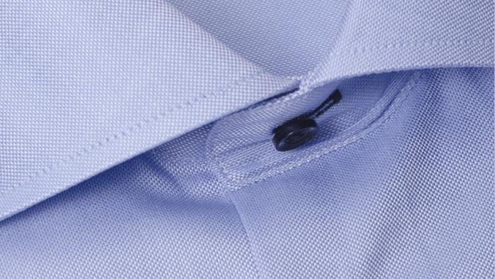 Lys blå Oxford-skjorte (riktignok med cut-away snipp) fra Viero, som tydelig viser Oxford-mønsteret. (foto: Menswear)