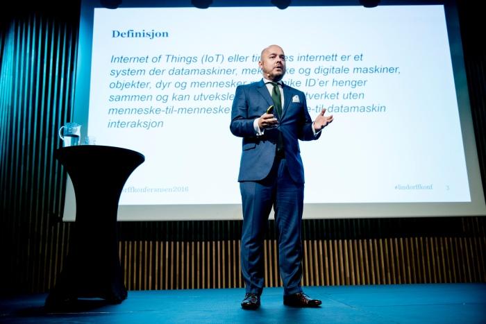 På scenen under Lindorffkonferansen i Tromsø i September med lyseblått pocketsquare i lin. Dress fra Menswear