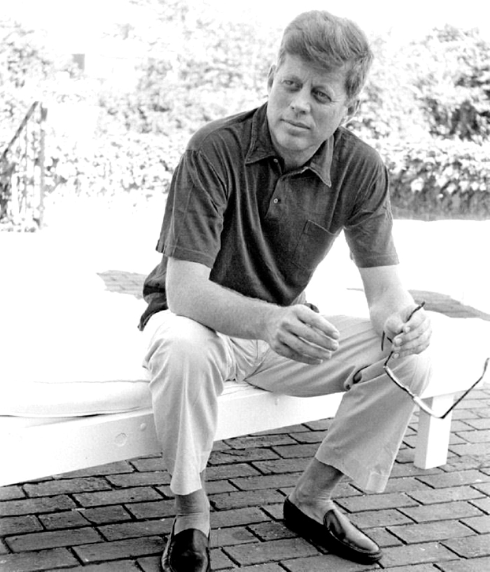 JFK i chins, piquetskjorte ofg loafers uten sokker. Enkel eleganse der!
